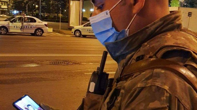 """Soldat român, surprins privind poza copilului său în timpul patrulării: """"Şi când crezi că nu mai poţi...tot mai poţi puţin!"""" (FOTO)"""