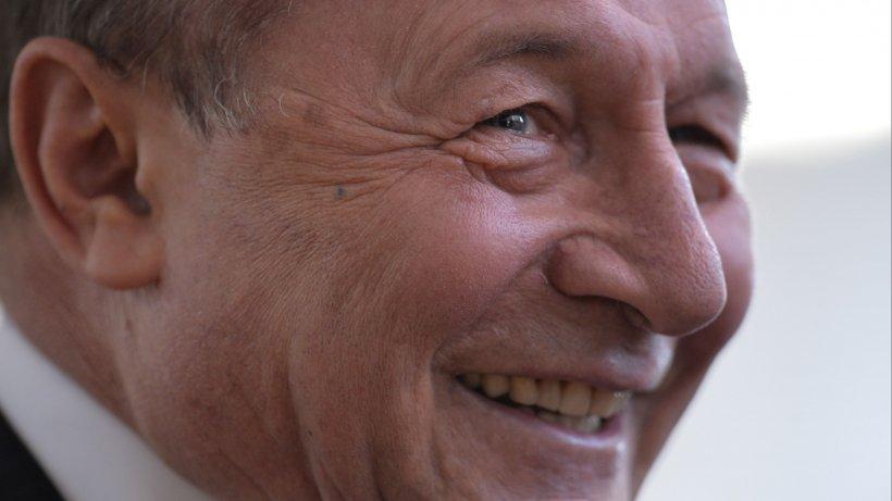 """Traian Băsescu, mesaj ironic pe Facebook: """"BOR notează faptele tale bune Vela, iar credincioşii îţi vor rămâne recunoscători"""""""