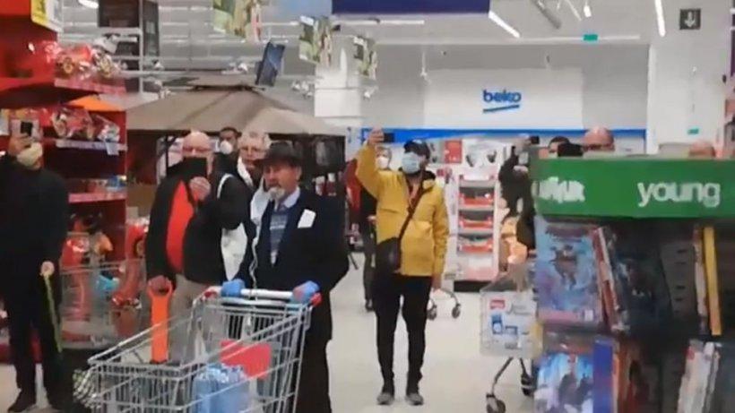 """Imagini emoționante într-un supermarket din Piatra Neamț. Oamenii au cântat """"Hristos a înviat!"""" în timp ce stăteau la coadă (VIDEO)"""
