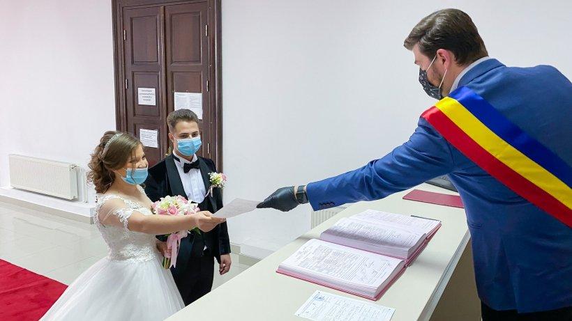 """Nuntă în vremea pandemiei. Au venit cu măștile pe față ca să spună """"Da"""""""