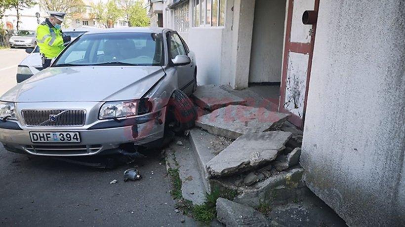 Beat, fără permis şi fără declaraţie, un vasluian a intrat cu mașina într-o scara de bloc