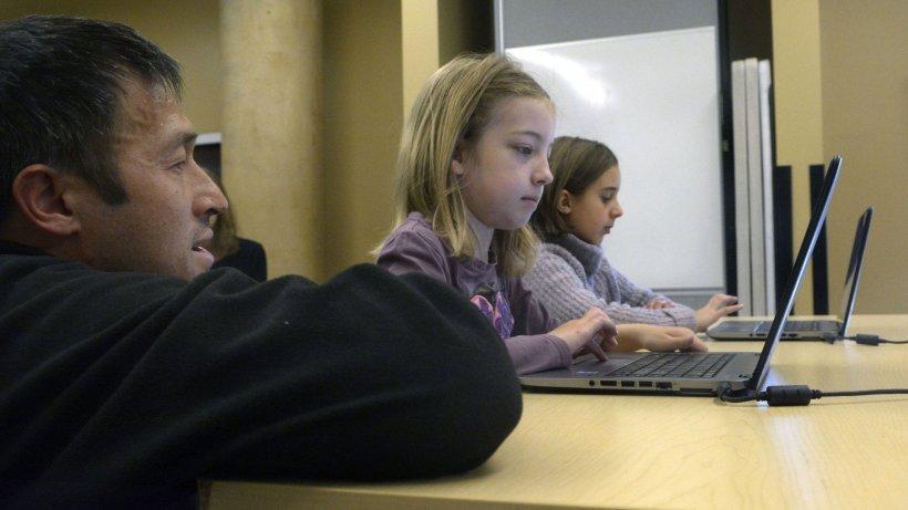 Elevii depun plângere la CNCD pentru a face dreptate celor fără acces la internet