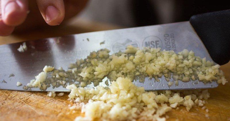 De ce sa mănânci usturoi. Poate preveni 14 tipuri de cancer și ucide infecții