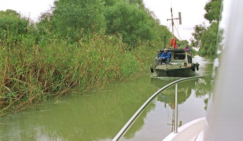 O barcă cu 11 persoane la bord s-a răsturnat în Delta Dunării. Conducătorul ambarcațiunii a fost înghițit de ape