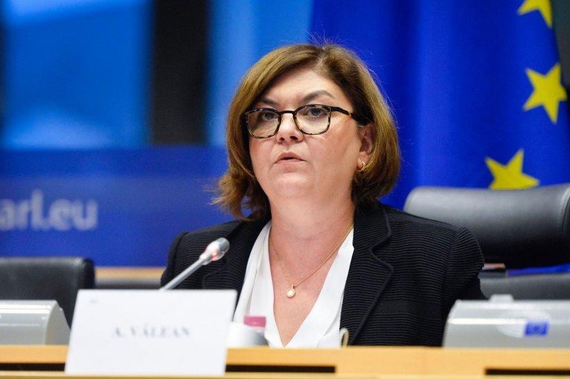 """Adina Vălean: """"Pasagerii au dreptul să primească banii înapoi pe zborurile anulate, dacă optează pentru acest lucru"""""""