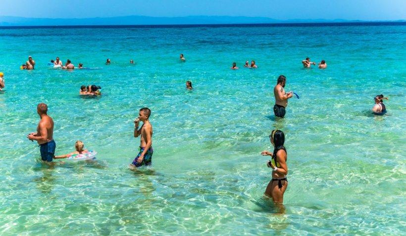 Mii de greci au luat cu asalt plajele, după ce carantina provocată de coronavirus a fost ridicată