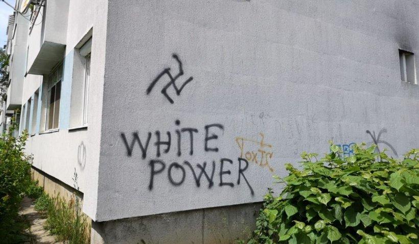 Însemne naziste pe blocuri, garaje și un loc de joacă din Cluj-Napoca