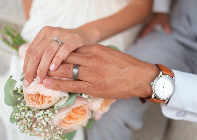 """Românii nu renunță la a se căsători nici în pandemie. Cuplurile spun """"Da"""" din spatele măştii de protecţie, iar unii renunţă la sărut"""