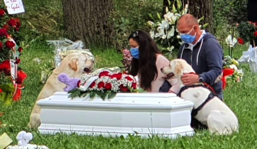 Fetița româncă din Italia, care a murit înecată într-o piscină, a fost înmormântată: 'Și cerul a plâns!'