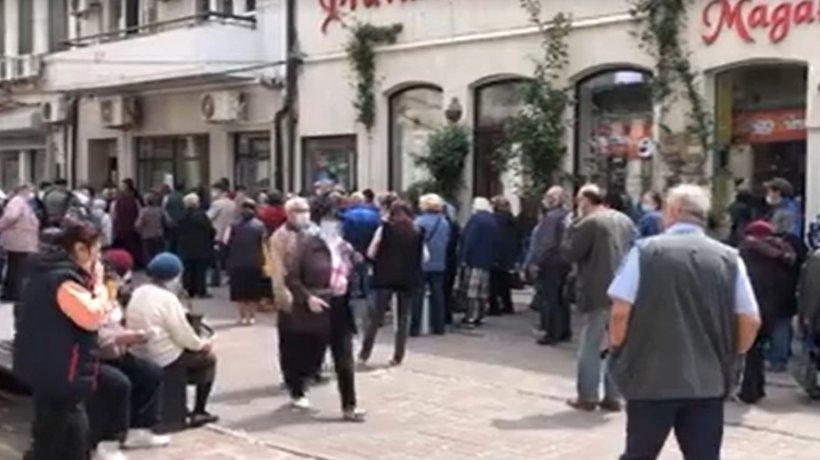"""Îmbulzeală la Casa de Ajutor Reciproc a Pensionarilor din Constanța: """"Nu ne mai facem bine"""" (VIDEO)"""