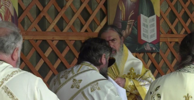 Zeci de preoți, împărtășiți cu același potir la Constanța. ÎPS Teodosie: Cel mai sfânt lucru e socotit osândă acum. O să mă duc în instanță