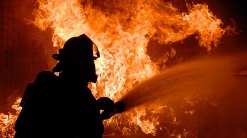 Prahova: O cisternă plină cu carburanți a luat foc pe DN1. Pompierii asigură măsurile specifice