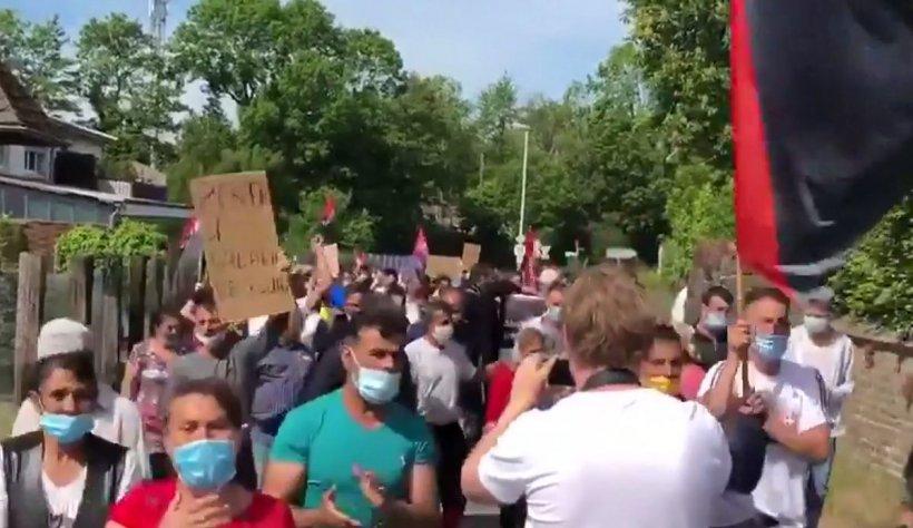 """Români umiliți pe plantațiile din Germania: """"Am stat nemâncați! Nici apă nu au vrut să ne dea"""""""