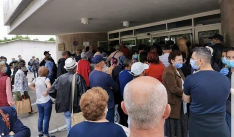 Zeci de bolnavi, unul lângă altul, fără să respecte distanţa socială, se înghesuie la Institutul Oncologic (Foto)