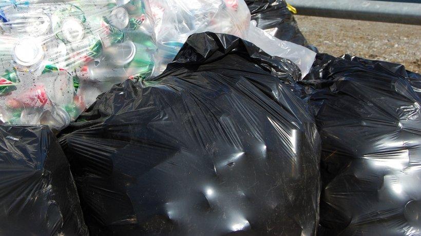Au găsit doi saci de gunoi în mijlocul drumului și au decis să îi ia în mașină. Când s-au uitat în interior, au sunat imediat la poliție