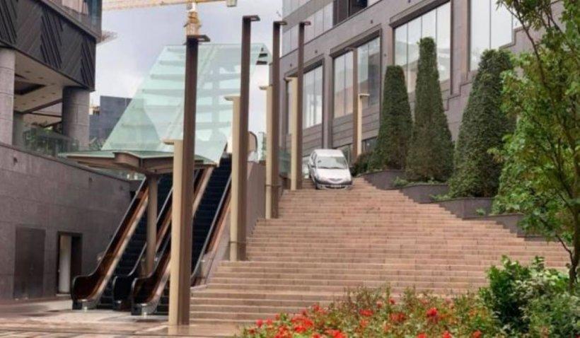 Cascador fără voie, la Timișoara. A luat-o pe scări, cu mașina, la mall