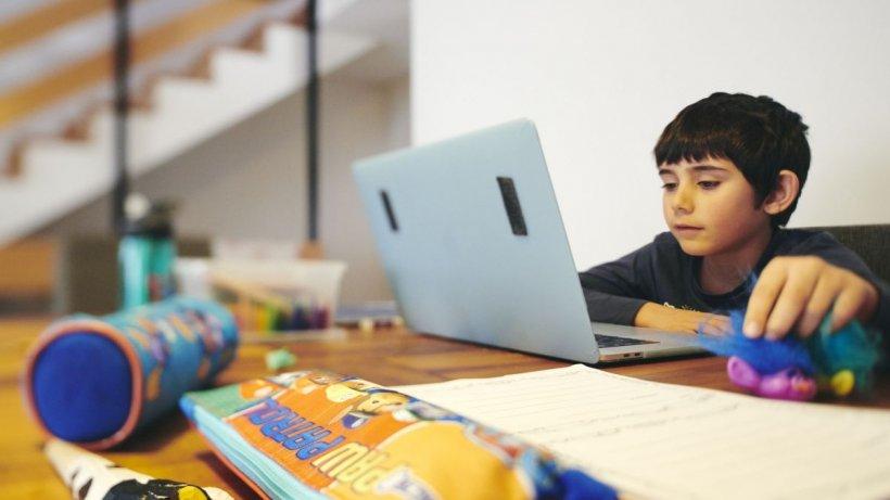 Laptopuri gratis pentru elevii cu bursă socială. Legea a trecut de Camera Deputaților