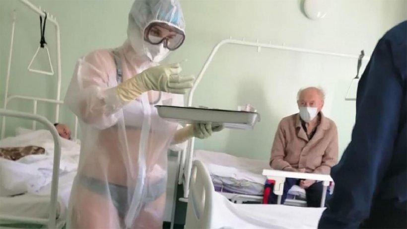 Un cadru medical din Rusia tratează pacienții cu coronavirus din spital în lenjerie intimă