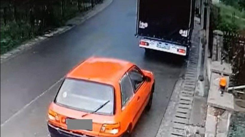 Gest revoltător făcut de o șoferiță din Prahova. Imaginile au fost surprinse de o cameră de supraveghere (VIDEO)
