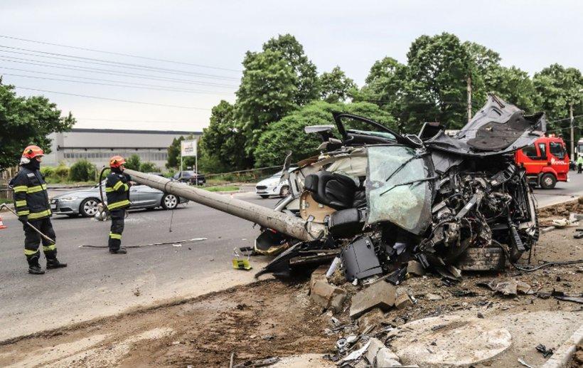 Mașină ruptă în două de un stâlp de electricitate, la Giurgiu. Imagini spectaculoase de la fața locului