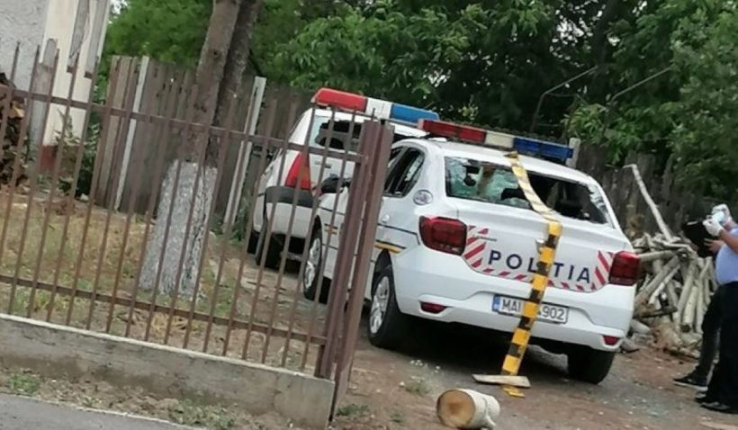 Mașinile Poliției, vandalizate sub ochii agenților