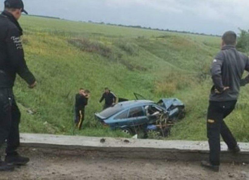 O fată de 19 ani a murit într-un cumplit accident rutier. Maşina în care se afla era condusă de un tânăr