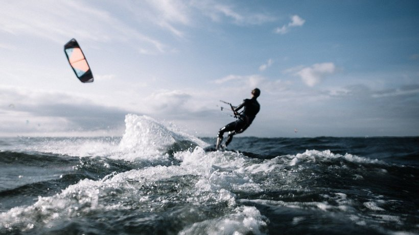 A început sezonul de kite surfing pe litoral. Cât costă  o sesiune de kiting