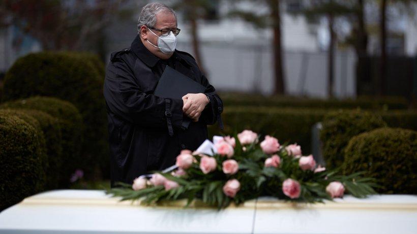"""Înmormântare cu scandal în județul Sibiu. Preotul către rudele îndurerate: """"Vă înghesuiți ca niște animale"""""""