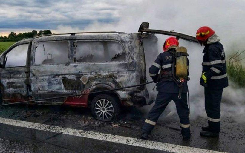 Un microbuz a ars în totalitate pe A1, pe sensul de mers Pitești-București. Mai multe persoane s-au autoevacuat