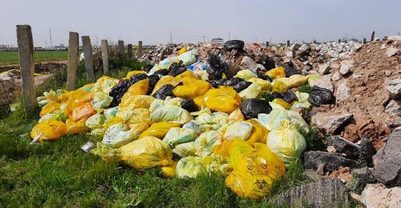 Zeci de saci cu seringi, perfuzii și alte echipamente de la spitale aruncate pe câmp, lângă București. Polițiștii au deschis dosar penal