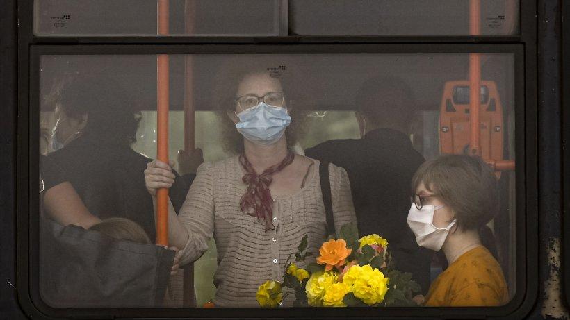 Suntem obligaţi să purtăm masca până cel puţin pe 16 iunie