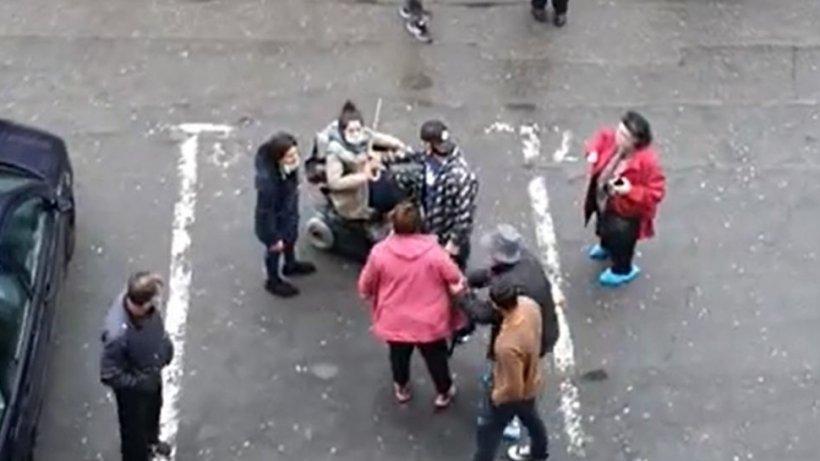 Femeie în scaun cu rotile bătută în plină stradă în Cluj. Imagini cu puternic impact emoțional (VIDEO)