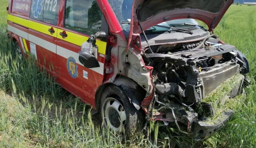 O ambulanţă SMURD, implicată într-un accident rutier, la Bacău