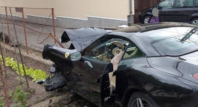 Un bolid Ferrari, făcut praf într-un accident în Alba
