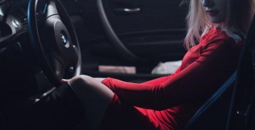 Fată de 14 ani, prinsă la volan de polițiști în timp ce conducea spre Arad