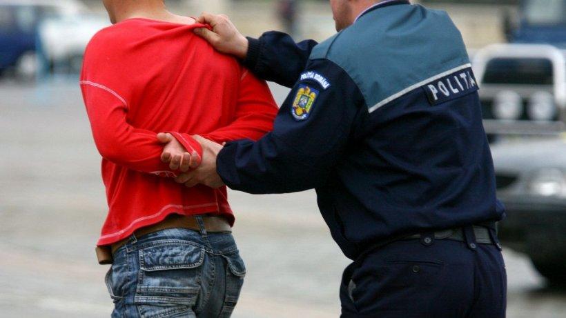 Tânărul care a jefuit o farmacistă a sunat la 112 şi i-a chemat pe poliţişti să-l ia de acasă