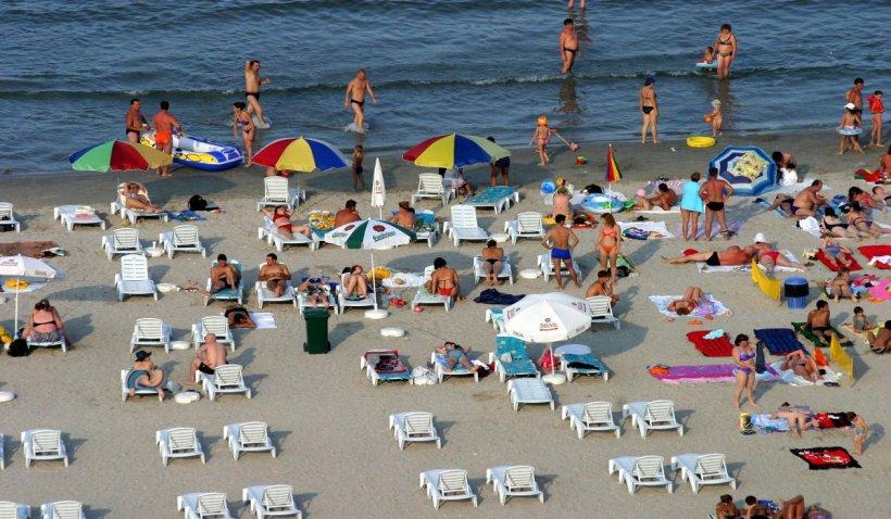 Ce reguli vor respecta românii la plajă și terase: Fără mască de protecție la masă. Distanța socială, păstrată în mare