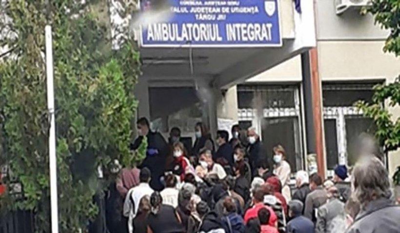 Coadă imensă, la Spitalul Județean din Târgu Jiu. Oameni stau înghesuiți, fără să respecte distanțarea socială