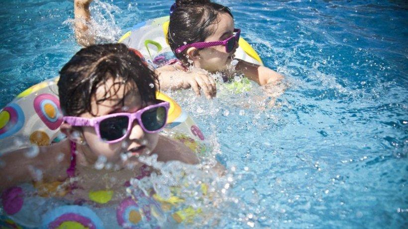 Ne putem infecta cu coronavirus din piscină și mare? Răspunsul experților