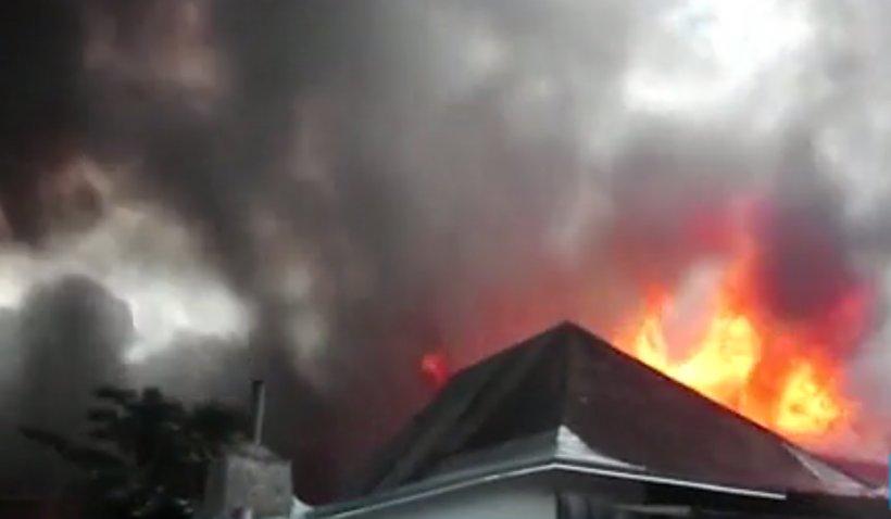Incendiu puternic la o fabrică de confecții din Iași (VIDEO)