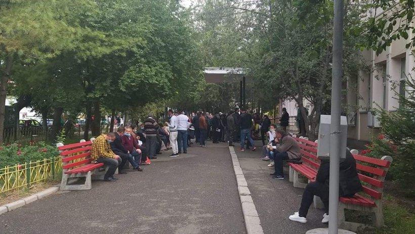 Aglomerație în fața unei policlinici din Buzău. Zeci de bolnavi, revoltați că așteaptă cu orele pentru consultații