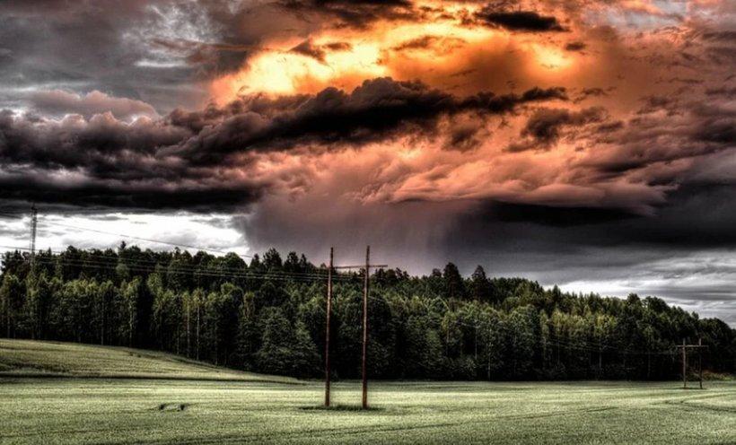Ploi torențiale și vijelii în toată țara până miercuri