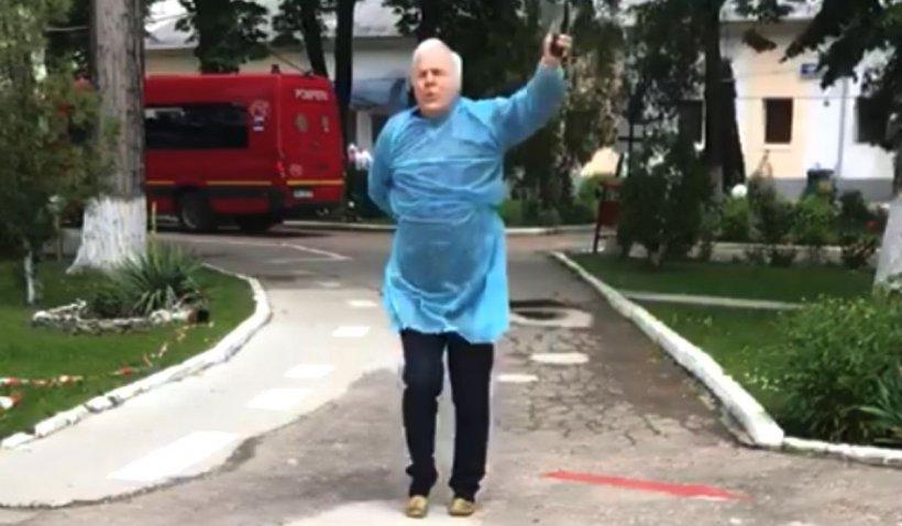 Un bunic din Gorj a dansat de bucurie, după ce s-a vindecat de coronavirus, în fața spitalului