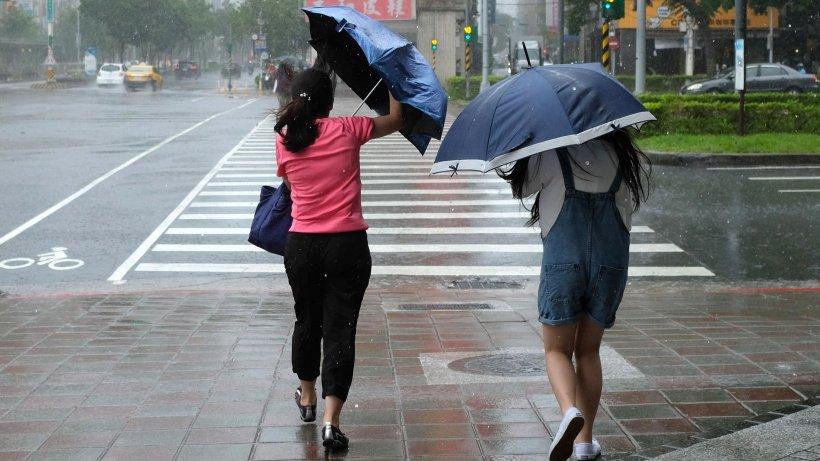 Prognoză meteo specială pentru București: Ploi torențiale și vijelii, până duminică