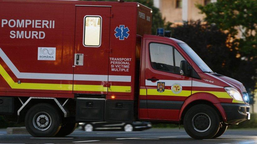 O ambulanță SMURD, care transporta un pacient spre spital, a căzut în șanț