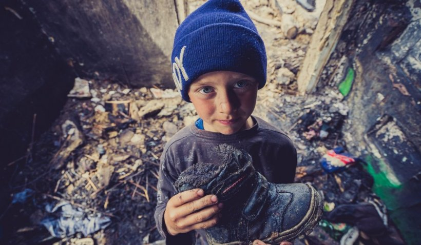 Copil din Botoșani, în lacrimi după ce a rămas fără adidași într-un incendiu care a distrus casa familiei