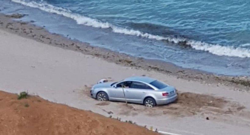 A intrat cu bolidul de lux pe plaja din Olimp, dar a rămas blocat în nisip. Ce amendă prevede legea