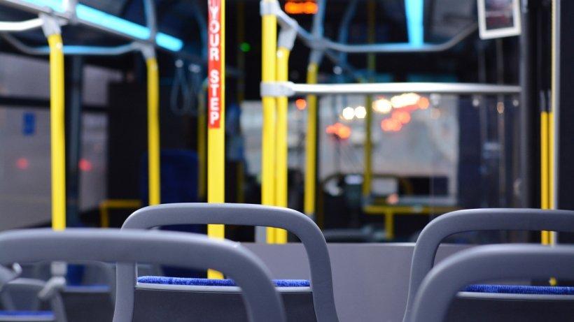 Autobuz STB lovit de un excavator în Capitală. Patru persoane au fost rănite