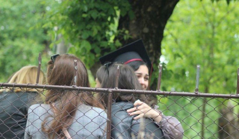 Festivitate de absolvire în vremuri de pandemie. Clopoțelul a sunat în curtea goală, în timp ce elevii asistau la gard