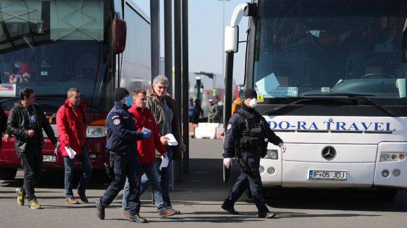 """Românii întorși în țară, vor să plece înapoi. """"De frică am venit. Am crezut că nu o să îmi mai văd familia"""""""